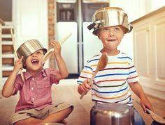 Será que realmente precisamos gastar dinheiro para presentear nossas crianças? É muito comum ver os pequenos se divertindo com objetos que nem sequer são b...