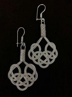 Kazaziye küpe Celtic Knot Jewelry, Jewelry Knots, Wire Jewelry, Macrame Earrings, Art Deco Earrings, Diy Earrings, Rope Art, Rope Crafts, Textile Jewelry