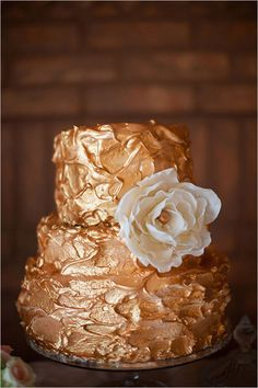 White and Gold Wedding. Gold wedding cake- seriously, Rachel, this is it. Stick a couple purple flowers on that puppy and you are golden. That was a completely unintentional pun! Pretty Cakes, Beautiful Cakes, Amazing Cakes, Bronze Wedding, Gold Wedding, Glamorous Wedding, Wedding Hair, Rustic Wedding, Cupcakes