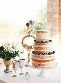 Naked cake with boxwood garland | Photography: Mint Photography