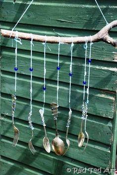 carillon à vent ! vieux couverts, tubes en fer, canettes ou CD! Accrochez vos éléments à une branche et attendez qu'il y est du vent pour écouter! vieilles fourchettes et cuillères, de fil de fer, de ficelle, de perles pour faire joli et d'une branche. les accrocher à la branche avec du fil de fer : coupez 20 cm de fil de fer, accrochez une extrémité au couvert en faisant plusieurs tours puis faites une petite boucle à l'autre extrémité.