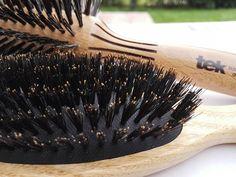 Los cepillos para el cabello TEK se elaboran artesanalmente sólo con materiales naturales. Cerdas naturales de jabalí de primera calidad y mango en madera natural 100% certificada FSC. www.tekitaly.es/cepillos-jabali Bobby Pins, Mango, Hair Accessories, Tableware, Beauty, Brushes, Natural Materials, Hardwood, Pork