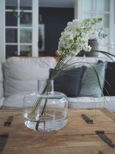 Mansikkatilan mailla: Oivalluksia ajasta ja sen käytöstä Marimekko, Glass Vase, Home Decor, Decoration Home, Room Decor, Home Interior Design, Home Decoration, Interior Design