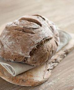 Profumato e croccante, questo pane è ricco di fibre ma anche di grassi buoni - omega 3 - presenti nei semi. Fa bene alla salute e accompagna in modo delizioso sia il dolce che il salato. Io lo mangio a colazione, tostato, con un po' di marmellata ai lamponi (senza zucchero).