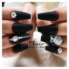Matte black coffin nails with white flowers and gems. Matte black coffin nails with white flowers and gems. Ongles Bling Bling, Rhinestone Nails, Bling Nails, Fun Nails, 3d Nails Art, Black Coffin Nails, Stiletto Nails, Matte White Nails, Nail Black