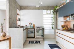 cozinha integrada com parede de tijolinho à mostra e pilar de concreto - matéria em parceria com a boobam.com.br/