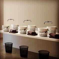 Забавная сантехника  Итальянская компания Scarabeo Ceramiche выпустила интересную коллекцию расписных раковин Bucket. Оригинальные раковины выполнены в форме ведер, даже ручки имеются! «Ведро» может быть с рыбой, с краской и даже с кружевами – на выбор предлагается несколько вариантов принт-декора, который расположен не только снаружи, но и внутри! Так что умываться будет нескучно!  #юмор, #приколы, #раковины, #сантехника.