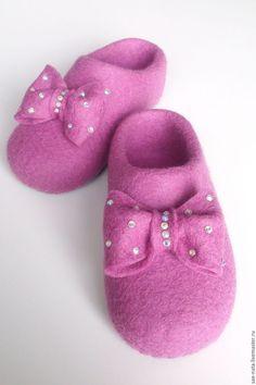 Wool Shoes, Felt Shoes, Felted Slippers Pattern, Kids Slippers, Felt Slippers, Doll Shoe Patterns, Felted Wool Crafts, Slipper Socks, Nuno Felting