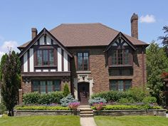 Sure, a Tudor-style house is easily recognizable, but what exactly makes a Tudor a Tudor? Interior designer Steven Gambrel weighs in on the architectural tenants of Tudor-style houses and sheds light on how to decorate them. Style At Home, Casas Tudor, Casa Estilo Tudor, Tudor House Exterior, Stucco Exterior, Revival Architecture, House Architecture, Tudor Style Homes, English Tudor