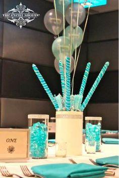 chupetes con globos como centros de mesa para fiesta de  15, súper divertido y decorativo. #CentrosDeMesaCaramelos
