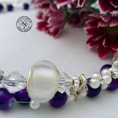 Fehér-lila gyöngyös, csavart nyaklánc - 2790 Ft  Fehér, sötétlila és áttetsző gyöngyökkel, kristályos elemekkel fűzött, csavart nyaklánc. Igazán egyedi és elegáns ékszer egyszerű szettekhez. A nyaklánc hossza: 41 cm (+ 5 cm-rel hosszabbítható)