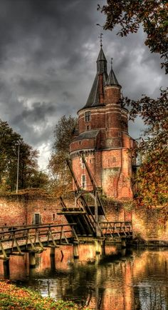Duurstede Castle is one of the oldest medieval castle ruins Netherlands. It is a fairytale location surrounded by a moat and only accessible by a drawbridge. You can enjoy a stroll through the beautiful castle park and see the castle with its beautiful towers. In the small but beautiful park around the castle are many, more than 150 year old trees.