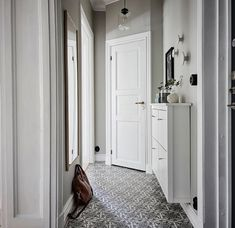 Design of this bright apartment in Sweden is built on botanical theme. Floral wallpaper, furniture made of natural wood (look at the gorgeous vintage ✌Pufikhomes - source of home inspiration Entry Hallway, Entry Doors, Entrance Hall, Entryway, Small Living Rooms, Living Spaces, Bright Apartment, Textiles, Furniture Making