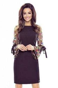 Krátke čierne dámske šaty s puzdrovým strihom, ktoré sú vhodné na rôzne udalosti. Šaty sú zaujímavé najmä vďaka krásnym kvetinovým dlhým rukávom s mašľou.