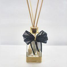 Sabonete ou Aromatizante para Ambientes! <br> <br>Lindo sabonete líquido em vidro, com capacidade para 250ml, decorado com laço de cetim ou organza, com pingente em pérolas brancas ou douradas e miçangas na cor cristal! Acompanha váulvula luxo para sabonete. (Opção para difusor de varetas também!) <br> <br>Também temos opções de bandejas para lavabo! Um charme a mais com seu kit de lavabo! <br> <br> <br>Nossas essências são manipuladas e maneira a lhe oferecer a melhor explosão do aroma no…