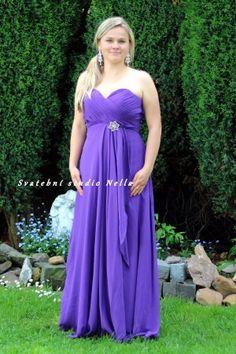 a1b5a2a7e84 Fialové dlouhé plesové společenské šaty. Ceny na www.svatebninella.cz  plesové  šaty