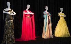 Vestido da Pocahontas, criando por Roberto Cavalli; look da Jasmine, feito pela grife Escada; quimono da Mulan, criado pela Missoni; e o vestido da Bela, feito pela Valentino.