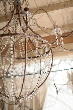 Love this simple, yet elegant, chandelier ~❥