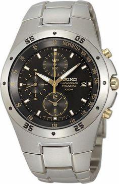 SEIKO Herenhorloge Chronograaf SND451P1. Kaliber 7T92. Een bicolor uitgevoerd chronograaf horloge. Een donkerzilverkleurige/grijze titanium band en een titaan kast met goudkleur-accenten. De wijzerplaat is zwart en zowel de wijzers als de index zijn in het donker lichtgevend. Het horloge weegt slechts 106 gram, heeft Hardlexglas en is tot 100 meter waterdicht. De chronograaf meet tot maximaal 12 uur in stappen van 1/20 seconden. https://www.timefortrends.nl/horloges/seiko.html