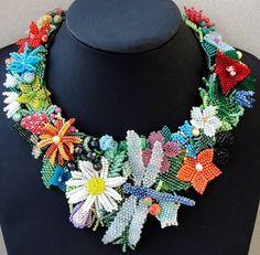 Collar con libélula, campo flores, bayas, piedras preciosas, perlas de encargo - Joyeria Artesanal exclusiva-
