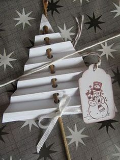 30 DIY Gift Wrapping Ideas for Christmas/ Holidays. Use to embellish gift wrap or bag or stake into flower pot. Also makes a cute craft for kids (holiday activity). Christmas Projects, Holiday Crafts, Holiday Fun, Noel Christmas, Winter Christmas, Christmas Ornaments, Simple Christmas, Christmas Christmas, Navidad Diy