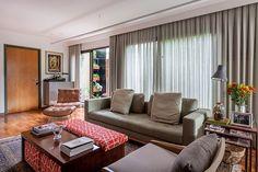 Decoração de: Sala de estar; poltrona de leitura de couro marrom; Casa de Valentina