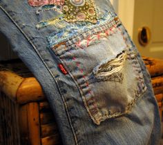 Patching little boy jeans idea. For random scrappy small patches and embroidery thread and also for an old pocket from other jeans as a knee patch. Artisanats Denim, How To Patch Jeans, Jean Diy, Jean Rapiécé, Visible Mending, Boro, Diy Vetement, Make Do And Mend, Mode Jeans