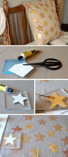 Kissen mit Textilfarbe bestempeln. Die Stempel lassen sich einfach selbermachen: mit Moosgummi und einem Acrylblock.