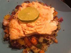 Quinoa, gewokte groente en gegrilde zalm. Lekker en met gezonde vetten!