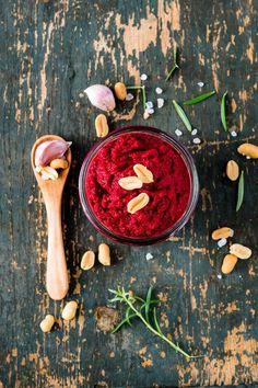 Gesund, lecker und knallig rot. Das vegane Rezept für ein schnelles Rote Beete-Erdnuss-Pesto zum selber machen schmeckt garantiert Jedermann.
