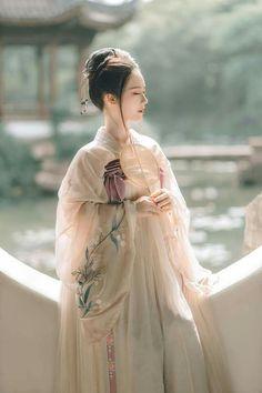 hanfu movement , ancient chinese clothing female hanfu vs kimono, ruqun, hanfu pattern, shenyi who made Chinese Traditional Costume, Traditional Dresses, Hanfu, Oriental Fashion, Asian Fashion, Korea, China Girl, Chinese Culture, Retro Outfits