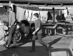 Varikolla kuivuu pyykki vuoden 1970 kuvassa.