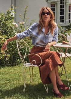 Dress like a Parisian: this blue and white stripe shirt and rust colored skirt from Sezane are very on-trend in Paris. Details at une femme d'un certain age. Blue Striped Shirt Outfit, Blue Shirt Outfits, Outfits With Striped Shirts, Blue And White Striped Shirt, Blue And White Dress, Blue Stripes, Dresses Near Me, Next Dresses, Dresses Dresses
