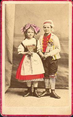 民族衣装bot @Minzokubot 1時間1時間前  フランス北東部アルザス地方の民族衣装。リボン型の被り物の色はカトリックなら赤やその他の色、プロテスタントなら黒と決まっていた。生地は必ずしも無地である必要はなく、花柄やチェックのものもあった。