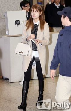 Love everything about this ensemble from SNSD Sooyoung on her arrival in Incheon airport in Jan 2015. #airportfashion Love the light khaki wool jacket paired with a similarly nude bag. Especially love the leather boots. I want  shoes like that.