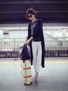 The T shirt and the long cardi in the same color produce a color-blocked outfit that really works. Office Fashion, Work Fashion, Fashion Pants, Daily Fashion, Everyday Fashion, Fashion Outfits, Womens Fashion, Fashion Trends, Japanese Fashion