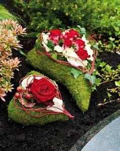 Grave Decorations, Valentine Decorations, Flower Decorations, Funeral Flower Arrangements, Funeral Flowers, Floral Arrangements, Flores Diy, Moss Decor, Memorial Flowers