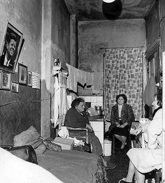 West-BERLIN in den 60er Jahren, wahrscheinlich im Wedding, John F. Kennedy grüßtvon der Wand. Viele der West-Berliner Altbauquartiere waren nach dem sogenannten Flächensanierungsplan zum Abriss vorgesehen. Willy Brandt verkündet als Regierender Bürgermeister den Abriss ganzer Straßenzüge. Heinrich Kuhn dokumentiert sie vor ihrem Verschwinden. Nun sind seine Fotos erstmals zu sehen.