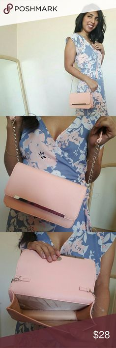 BOGO PEACH METAL CHAIN CROSSBODY I absolutely am in love with this Peach Faux leather crossbody. Perfect for those girly girl essentials. Silver metal hardware.   ✔Available in Black   ❌Price Firm❌ Bags Crossbody Bags