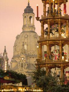 """Die erzgegbirgische Stufenpyramide auf dem Striezelmarkt ist die größte weltweit. Im Hintergrund ist die Fraunkirche zu sehen. The pyramid is the biggest in the world. And the church in the background is the """"Frauenkirche"""". #Dresden #Germany #Christmas"""