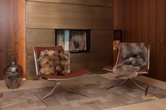 #seatingare #waitingarea #furfurniture #furdecor #leatherchair #Warteraum #chillourarea Fur Decor, Waiting Area, Barcelona Chair, Interior Design Studio, Luxury Living, Furniture, Home Decor, Indirect Lighting, Remodels