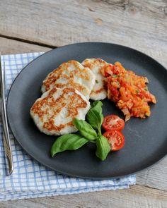 Fiskekaker med tomatsalsa - LINDASTUHAUG Healthy Recipes, Fish, Chicken, Meat, Drinks, Drinking, Beverages, Pisces, Healthy Eating Recipes
