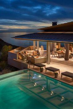 bancas al borde de la piscina. Amazing beach house
