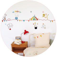 Con estos adhesivos el circo con el oso acróbata, el elefante... llega a la habitación de los más pequeños. Se pueden aplicar a todas las superficies lisas: paredes, muebles, cristales, espejos... y ¡muy fácil de quitar! Da la sensación de que se ha pintado el dibujo sobre la pared.