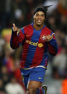 Ronaldinho, amb el seu somriure perenne i el seu característic gest de mans