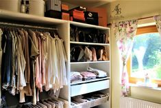 Continue reading Der Beitrag Mein begehbarer Kleiderschrank erschien zuerst auf Alnis fescher Blog. Culinary Arts, Blog, Closet, Home Decor, Sorting Colors, Small Occasional Table, Leather Gloves, Walk In Wardrobe Design, Coffer