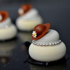 "582 Likes, 2 Comments - Chong Ko Wai (@breadpitt) on Instagram: ""Madam vanilla ✌️#vanilla#silikomart#petitegateaux#blanc"""