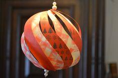 Geinspireerd door de Vivi Gade set om kerstballen te maken, besloot ik het zelf te doen. Dat wil zeggen, zelf papier maken met een leuk patroon erop, stroken tekenen en uitknippen. / Inspired by th...