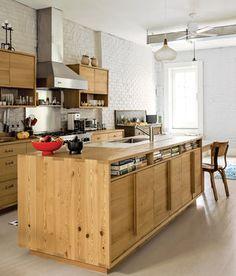 名作とIKEAの品物、倉庫にある雑貨などを組み合わせつつあるハイセンスなキッチンアイランド