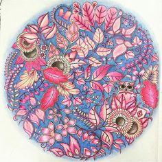 Uma combinação suave e perfeita de cores  Enviado por @alinemendoncacosta !!! ..... Envie seus coloridos Use #jardimsecretolove .... #jardimsecreto #arte #misturandocores #terapiaantiestres  #paletadascores #livrodecolorirparaadulto #livroantiestresse #passatempo #esrarengizbahce #enchantedforest #gizemliorman #SecretGarden #terapia #love #colorindo#amando #amei #amandocolorir #lapisdecor #johannabasford #editorasextante #canetinhas #pavao#cores#diversao